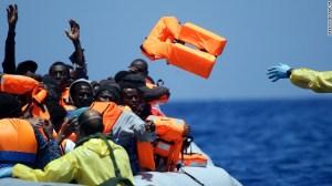 Una embarcación belga lanza salvavidas a un grupo de refugiados en una misión de rescate en el Mediterráneo, en las costas de Libia.