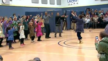 Obama baila Alaska niños