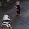 Bebé vs. Bulldog intenta pasear perro video