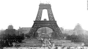 121 personas trabajaron en la construcción de la torre. Aquí una foto de la construcción del monumento en 1888.