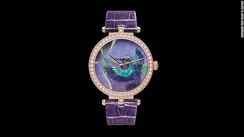 Van Cleef and Arpels debutó la colección Extraordinary Dials, relojes inspirados en arte que muestran un arte en plumas en miniatura, en Watches and Wonders 2015.