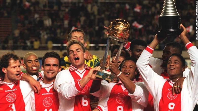El equipo en el que Van der Sar jugó ganó el premio mayor del fútbol de clubes europeos —la Liga de Campeones— bajo la dirección de Louis Van Gaal hace dos décadas. Una victoria 1-0 contra el AC Milan fue una gran recompensa para un equipo juvenil que mostraba un estilo emocionante de fútbol de ataque. La edad promedio del equipo que salió al campo en Viena era de 23 años. Patrick Kluivert (a la derecha) anotó el gol decisivo.