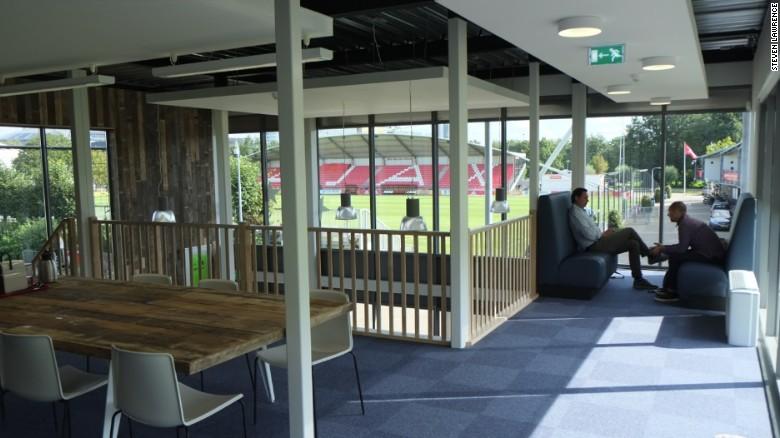 La escuela se encuentra cerca del campo donde entrena el equipo titular y del estadio del club, el Ámsterdam Arena, lo que inspira a una nueva generación a imitar a sus héroes.