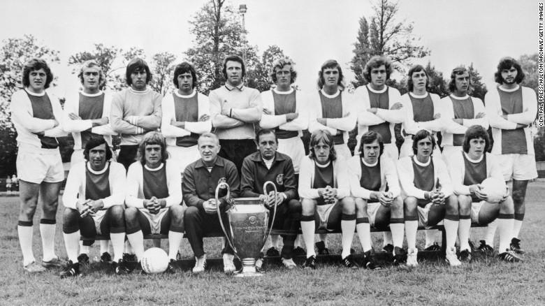 El equipo de la Copa Europea de 1973 posa para una fotografía. En la primera fila de izquierda a derecha aparece Sjaak Swart, Johnny Rep, el director técnico Stephan Kovacs, el entrenador Bob Haarms, Ger Kleton, Jan Mulder, Cruyff y Gerrie Muhren. En la fila de atrás, de izquierda a derecha, Arie Haan, Horst Blankenburg, Sies Wever, Wim Suurbier, el portero Heinz Stuy, Piet Keizer, Ruud Krol, Heinz Schilcher, Arnold Muhren, Johan Neeskens y Barry Hulshoff.