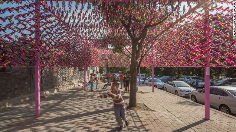 SPARKarchitects creó estas instalaciones públicas en la Semana del Diseño de Beijing. Es un pabellón hecho de 'jianzi', o volante, que se utiliza para jugar una versión china del hacky sack. (Crédito: Beijing Design Week)