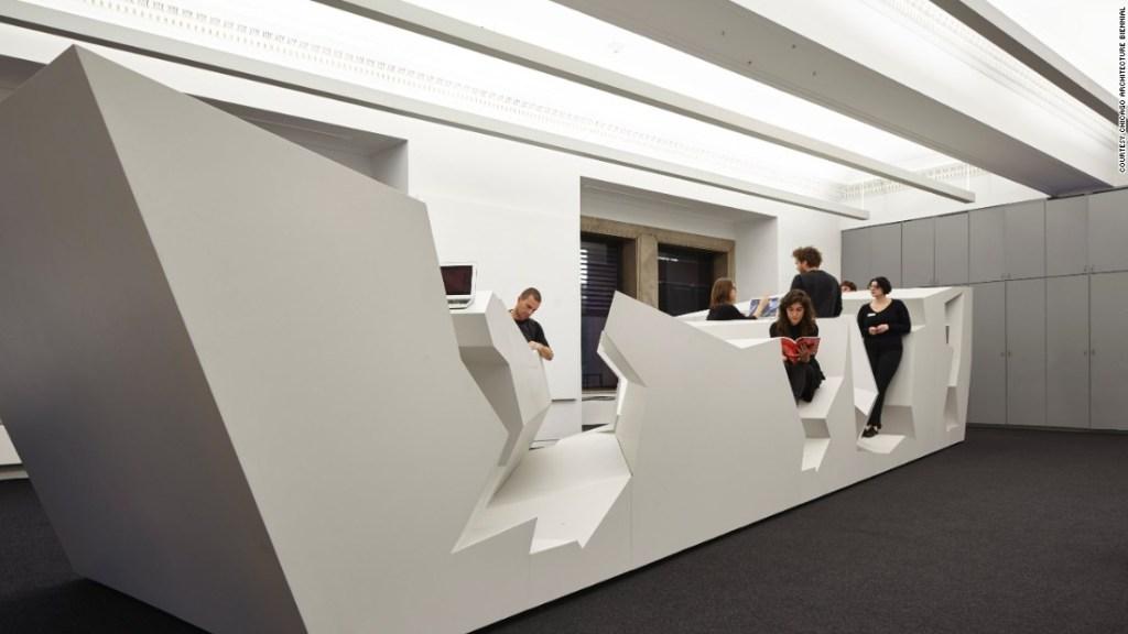 """""""End of Sitting"""" (El fin de estar sentado) por RAAAF (Crédito: Bienal de Arquitectura de Chicago)"""