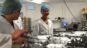 Helen Pattinson en su fábrica de chocolates Moctezuma's Chocolates.