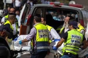 Médicos atienden a una víctima de un apuñalamiento en Jerusalén (Ilia Yefimovich/Getty Images).