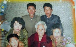 Ahn Yoon-Sook, al centro, sus hijos y miembros de la familia.