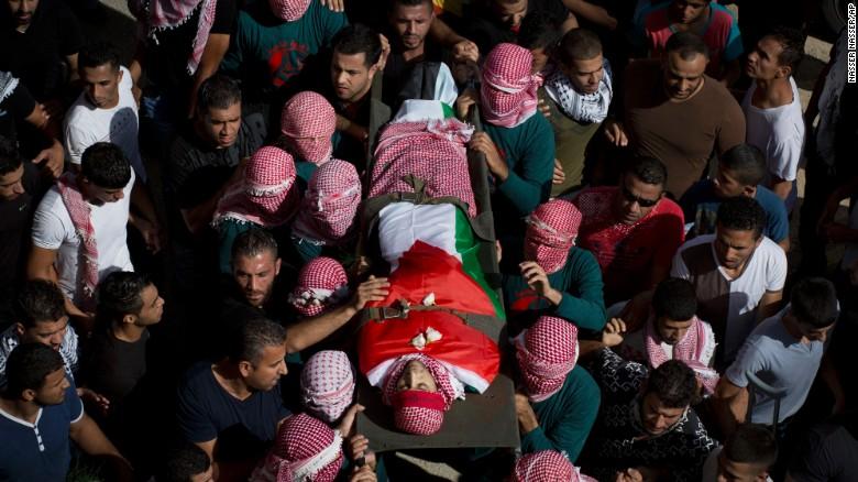 Un grupo de dolientes lleva el cuerpo sin vida de Muataz Ibrahim Zawahara que murió en enfrentamientos violentos cerca a la ciudad de Belén; los hechos incrementaron más la violencia entre israelíes y palestinos.