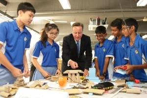 El primer ministro británico David Cámeron interactúa con un grupo de estudiantes de secundaria de Singapur durante una visita oficial a ese país, en julio de 2015. (Crédito:Suhaimi Abdullah/Getty Images)