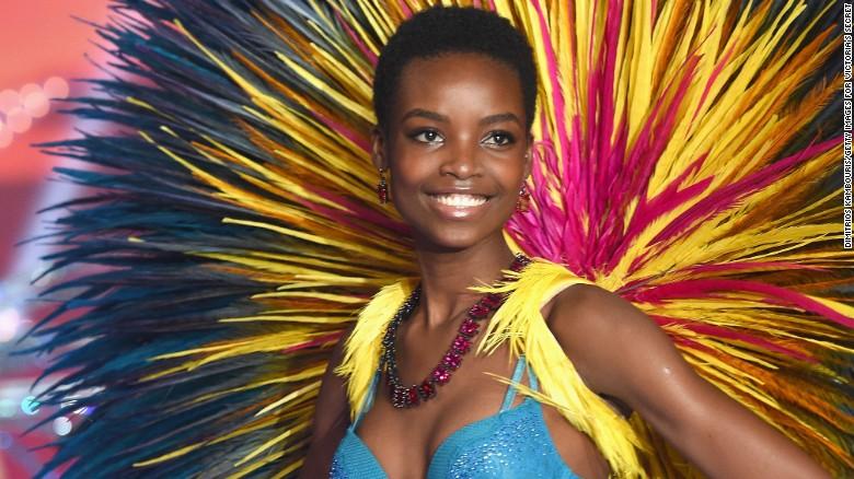 La modelo Maria Borges muestra un look natural en el famoso desfile.