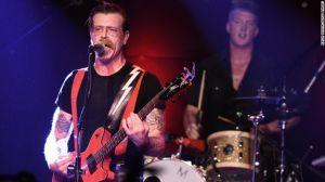 Jesse Hughes, a la izquierda, y Josh Homme de los Eagles of Death Metal se presentan en Los Ángeles en octubre.