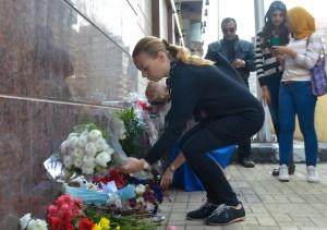 Varias personas depositaron flores en la embajada de Rusia en El Cairo, en recuerdo de las víctimas del siniestro aéreo registrado en el Sinaí. (Crédito: STR/AFP/Getty Images).