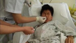 Huang Tanghong, de 15 años, recibe tratamiento médico en el hospital de la provincia de Fujian, en junio de 2015.