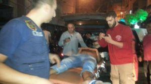 Grupos de socorro atienden a uno de los heridos de la explosión en Beirut. (Crédito: Agencia de Noticias del Líbano)