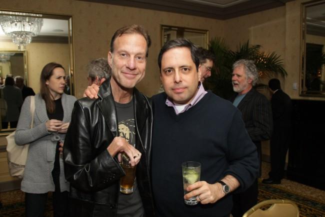 Ken Belson y Serge Kovaleski (izquierda) atienden una recepción relacionada con el Día de la Tierra en el hotel Algonquin el 21 de abril de 2010 en Nueva York (Neilson Barnard/Getty Images).