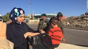 Fuerzas de Seguridad Palestinas revisan ciudadanos palestinos en la frontera.
