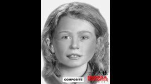 Esta niña, de entre 9 y 10 años, fue colocada en un barril con la mujer adulta.