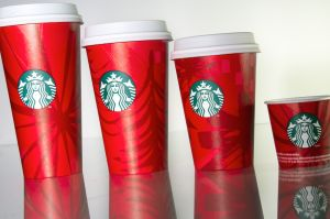 Estos fueron los famosos vasos rojos de Starbucks para la temporada navideña en 2014. (Crédito: Starbucks)