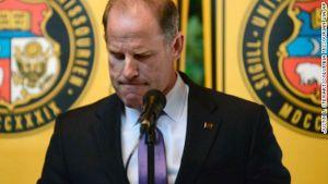 Tim Wolf, residente del sistema universitario, renunció el lunes animado por por protestas de racismo.