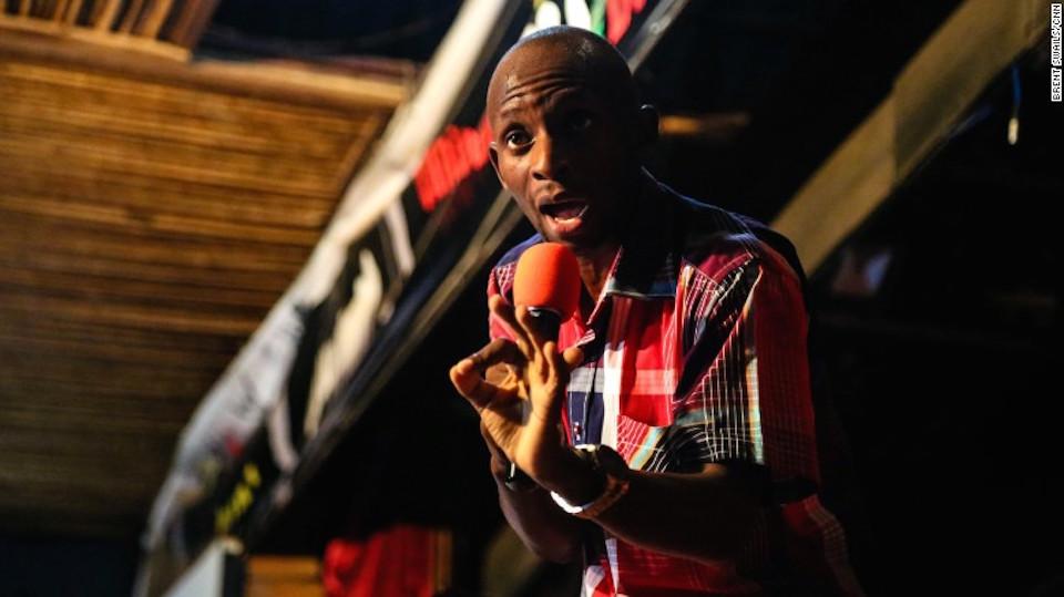 El pastor pentecostal, David Ssebuguzi, predica durante un servicio del martes en Kampala.