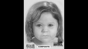 La niña menor, de 2 o 3 años, tenía un espacio grande entre sus dientes frontales superiores.