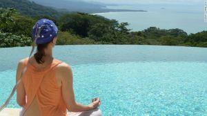 """Brainworks (Bosque tropical Baru, Costa Rica) – Este cliente lleva puesta una gorra con sensores como parte de las técnicas de entrenamiento cerebral de la compañía. El spa se especializa en darle a los clientes una """"neuro retroalimentación""""."""