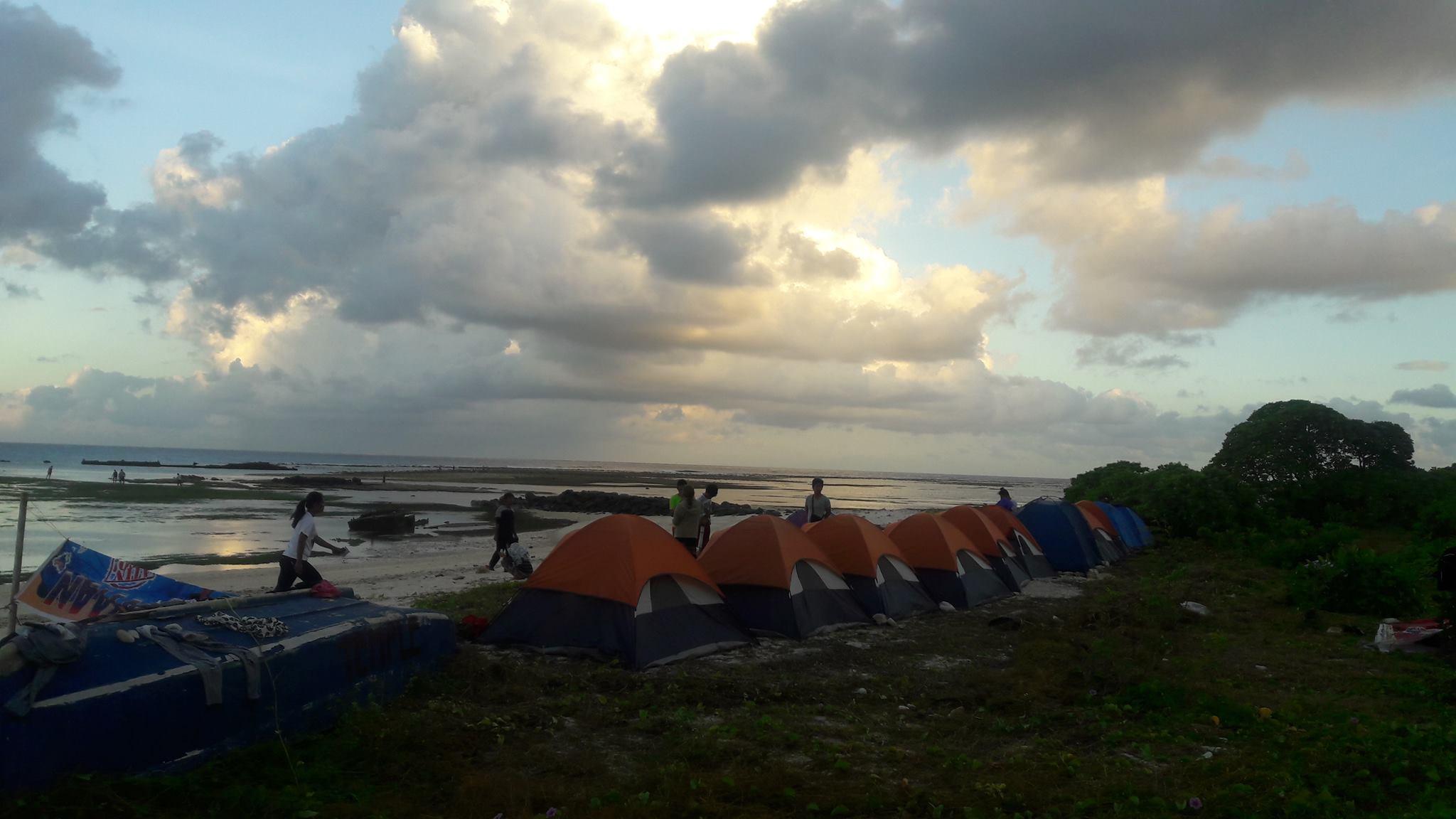Los jóvenes activistas han levantado tiendas en la isla.