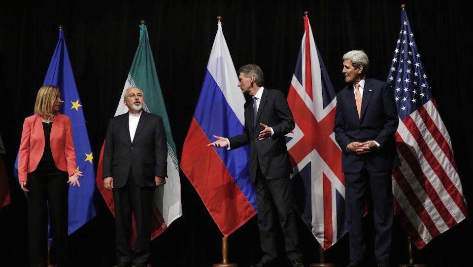 El secretario de exteriores británico, Philip Hammond; el Secretario de Estado de EE.UU, John Kerry; la jefa de la diplomacia de la Unión Europea, Federica Mogherini y el ministro de exteriores de Irán, Mohammad Javad Zarif, tras el histórico acuerdo. (Crédito: CARLOS BARRIA/AFP/Getty Images)