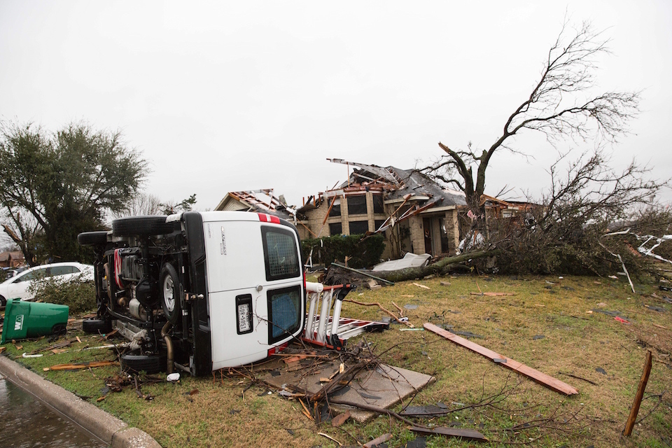 Daños de consideración dejó un tornado en Rowlett, Texas. Al menos 11 personas murieron en el área de Dallas por el fenómeno. (Crédito: LAURA BUCKMAN/AFP/Getty Images).