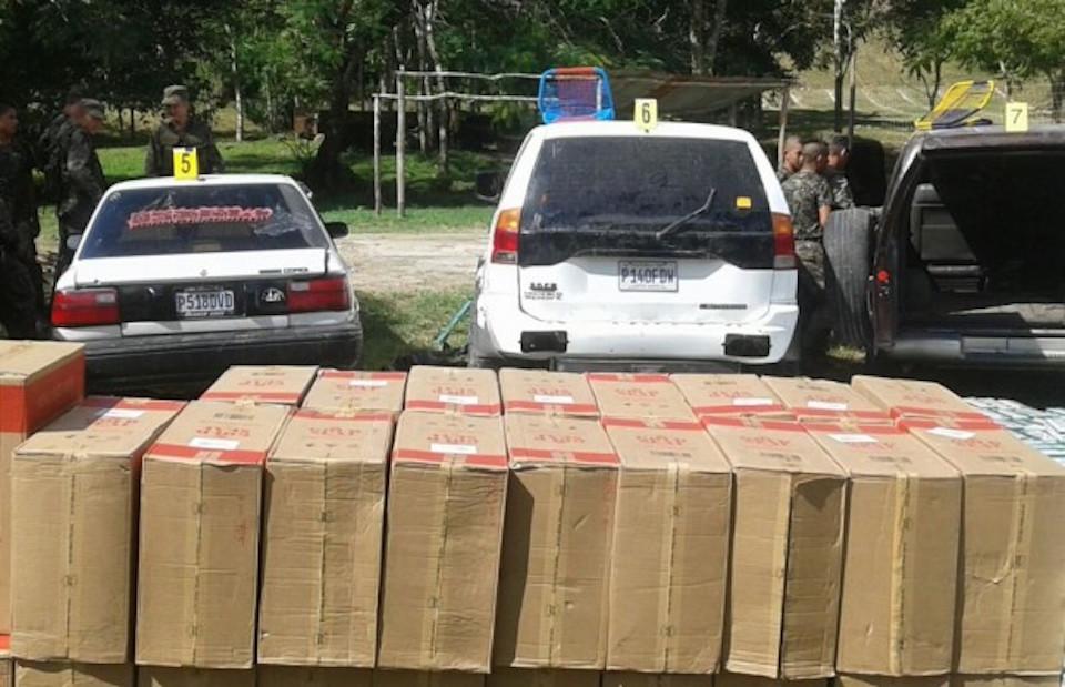 Los cigarrillos eran transportados en seis vehículos que fueron abandonados en plena vía. (Crédito: Cortesía/Ministerio Público Guatemala)