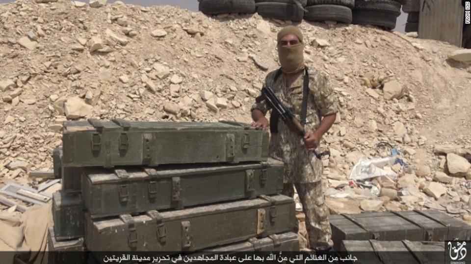 Un integrante de ISIS posa con un supuesto botín luego de tomar la ciudad siria de al-Qaryatayn. (Crédito: ISIS)