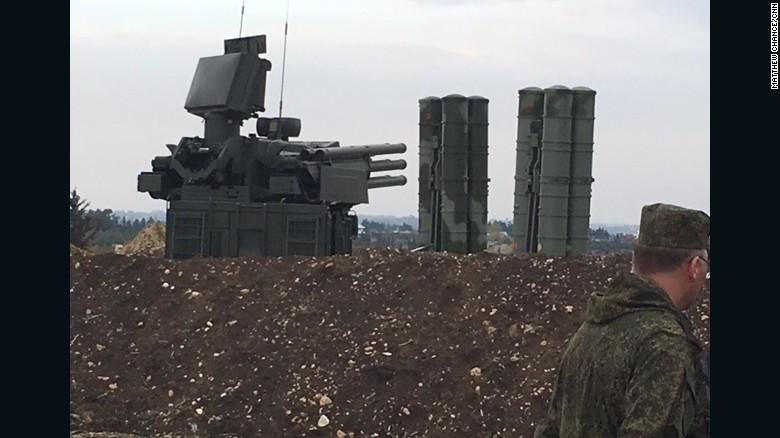 El sistema de misiles S-400 en la base aérea rusa Hmeymim en Latakia, Siria.