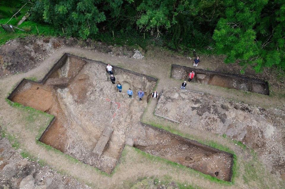 Desde la década de 1920, los geólogos han sabido que las piedras de arenisca azulada fueron llevadas a Stonehenge desde algún lugar en las colinas de Preseli.