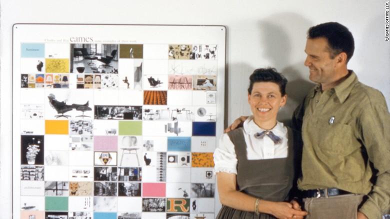 Charles y Ray Eames con un panel de obras de 'Eames Office' creadas para el Instituto Estadounidense de Arquitectos, 1957.