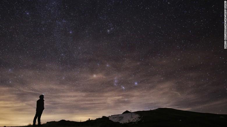 La lluvia anual de meteoros Gemínidas aparece sobre Elva Hill, en Valle Maira, al norte de Italia el 12 de diciembre del 2015 .