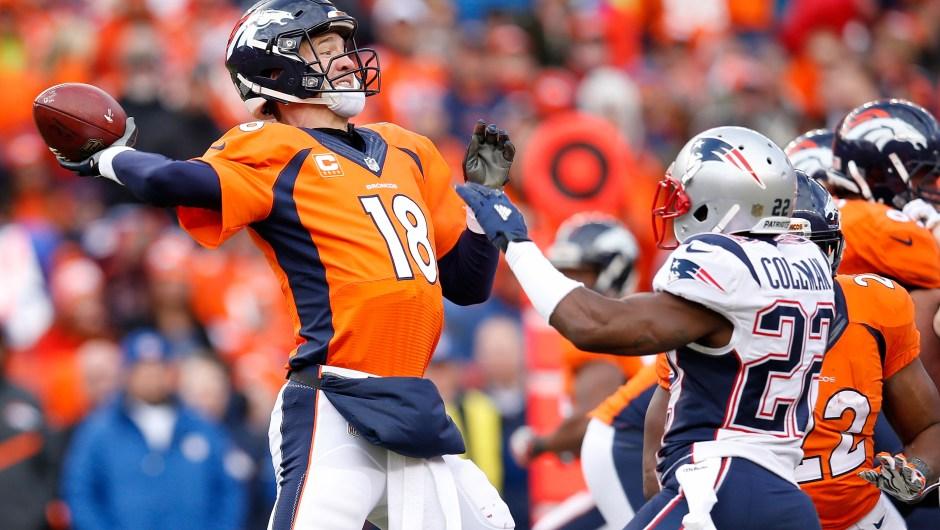 Peyton Manning (número 18) de los Denver Broncos hace un pase en el tercer cuarto contra los New England Patriots el 24 de enero de 2016 (Crédito: Ezra Shaw/Getty Images)