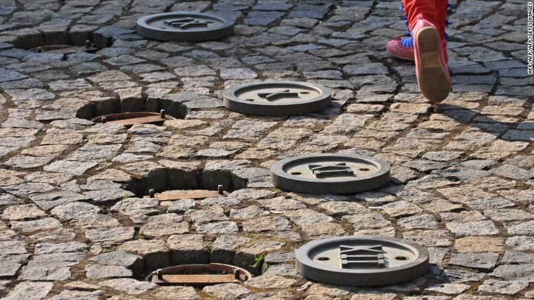 Un niño camina sobre un reloj solar en una plaza en Trest, República Checa.