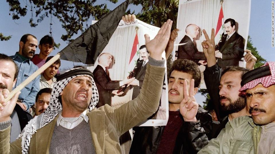 Los manifestantes gritan consignas en contra de Estados Unidos cerca de la embajada de dicho país en Amán, Jordania, el 14 de febrero de 1991, durante una manifestación en contra de los bombardeos de los aliados en un refugio subterráneo en Bagdad el 13 de febrero.