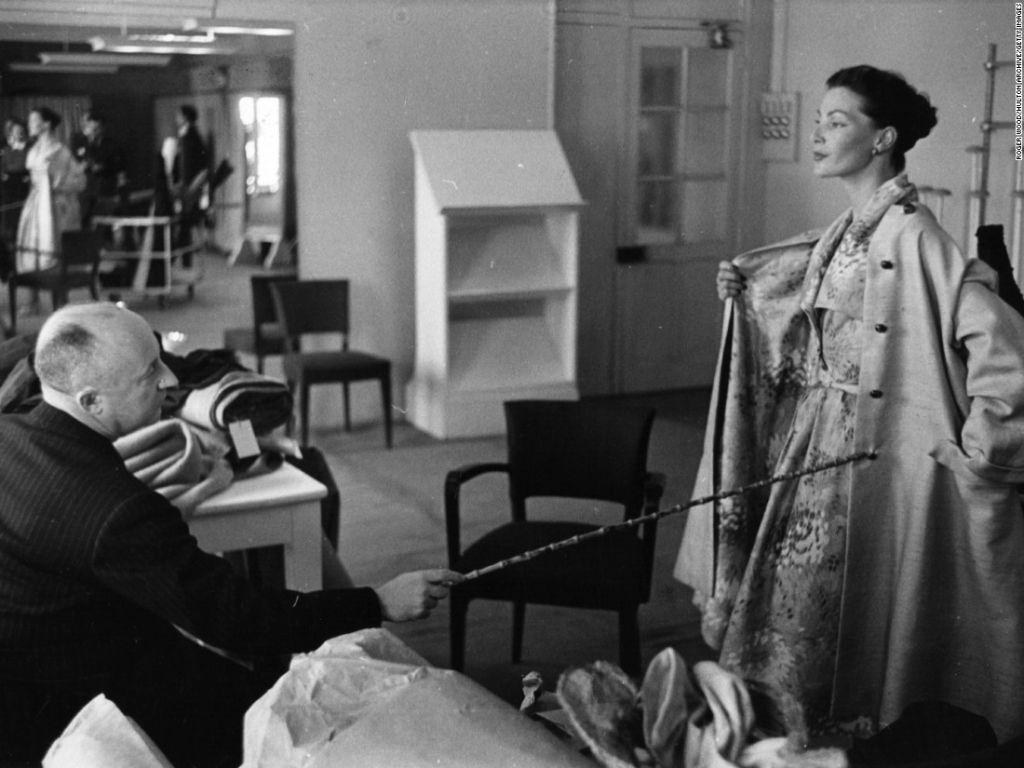 En el estudio con Christian Dior, 1952. (ROGER WOOD/HULTON ARCHIVE/GETTY IMAGES)