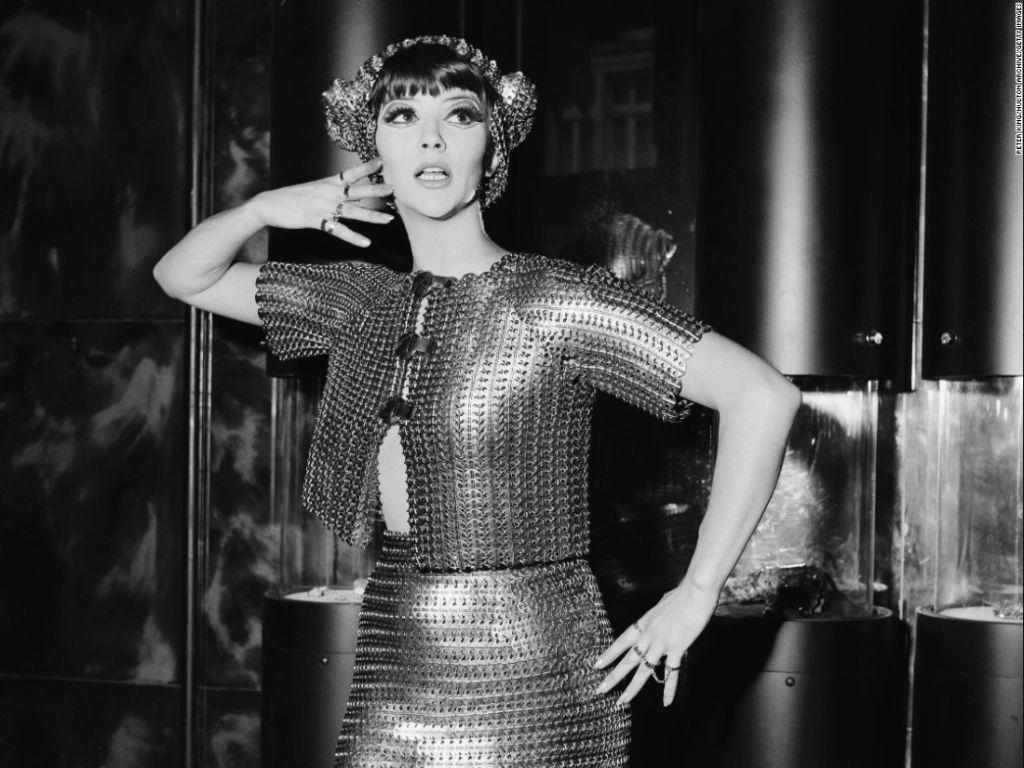 Una modelo vistiendo Paco Rabanne, 1967. (PETER KING/HULTON ARCHIVE/GETTY IMAGES)