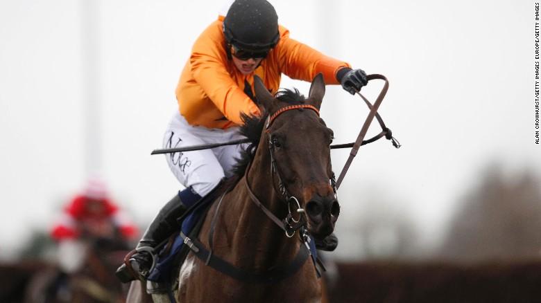 Lizzie Kelly hace historia en las carreras de caballos en Kempton.