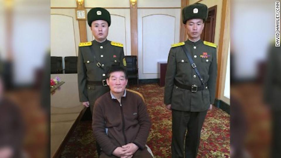 Kim Dong Chul, de 62 años, aparece en esta foto junto a guardias norcoreanos en un encuentro con Will Ripley de CNN.