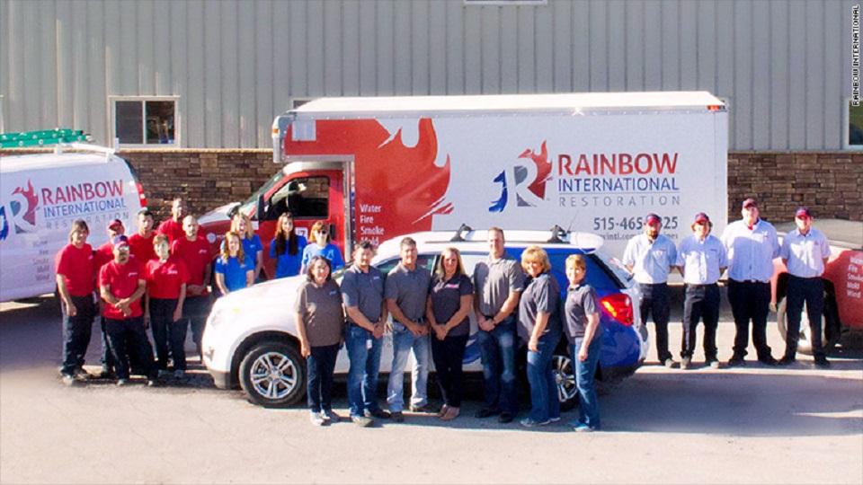 Shelley Barck (centro), propietaria de Rainbow International Restoration.