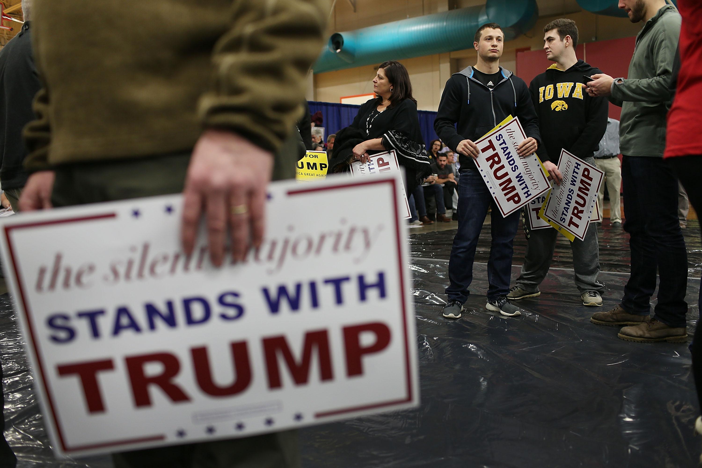 Partidarios de Donald Trump esperan la llegada del precandidato republicano en la Universidad de Iowa el 26 de enero de 2016. (Crédito: Joe Raedle/Getty Images)