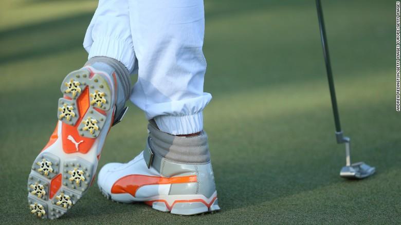 Los tenis altos de Fowler llevaron la moda del golf hacia una nueva era en Abu Dhabi.