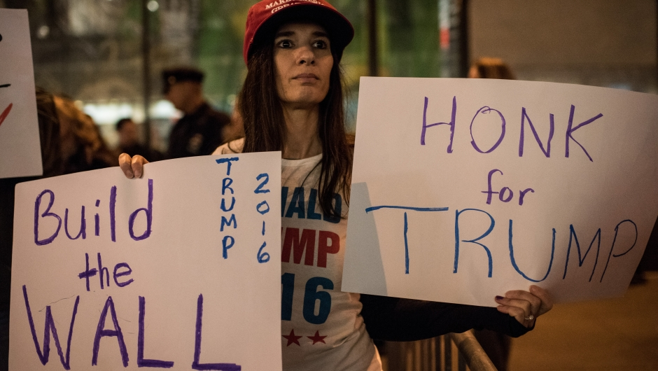 Una seguidora de Trump se manifiesta frente a una protesta de organizaciones hispanas en los exteriores de los estudios de NBC en noviembre de 2015 en Nueva York. Crédito: Andrew Renneisen/Getty Images North America/Getty Images