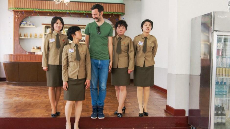 Matjaž Tančič en Corea del Norte – A Tančič le presentaron niños de escuela, maestros, campesinos, obreros, personal hospitalario y trabajadores en parques de diversión. Aquí, él está fotografiado con camareros en un restaurante. Tančič ofrece anécdotas para las fotos que aparecen en esta galería.