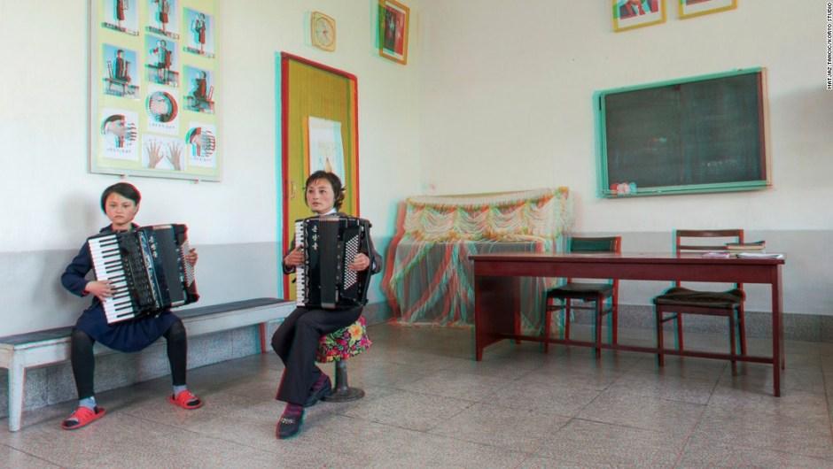 """Kang Hyon A, de 13 años, con el maestro de acordeón, Myong Jun, de 38 años de edad, en Kaesong Schoolchildrens Palace – """"Todos ven a los niños super talentosos que tocan acordeones o guitarras en Corea del Norte. Así que lo esperaba, pero esta chica era realmente increíble... ella estaba tocando música tradicional pero se escuchaba como si estuviera tocando jazz subterráneo en la ciudad de Nueva York. Cada vez que pienso en ello, todavía siento la piel de gallina"""", dice Tančič."""